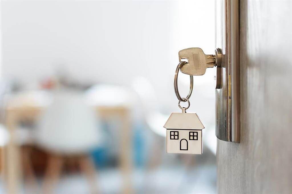 網友詢問當初申辦紓困,是否會影響申辦房貸條件?貼文一出引熱議。(示意圖/shutterstock)