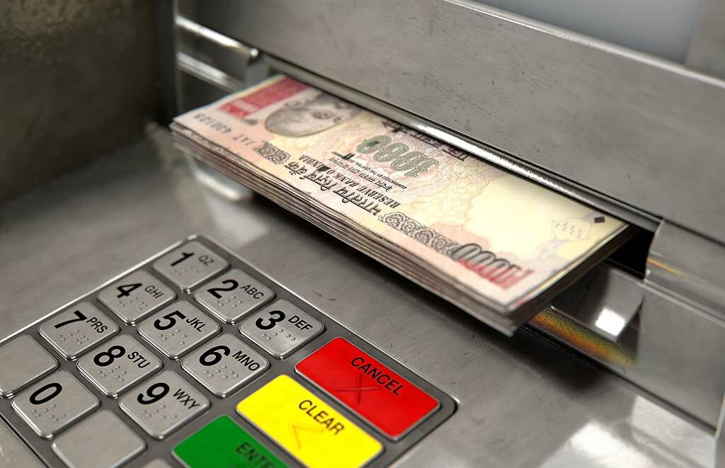 印度小六生為了領補助到銀行開戶,沒想到確認款項時,竟發現戶頭多出90.5億盧比的鉅款。(示意圖/達志影像)