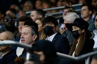 周杰倫為節目再訪巴黎 看梅西比賽收到這份大禮