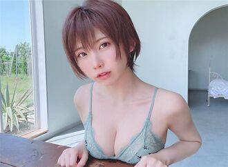 日本第一女Coser上空穿外套 拉鍊沒拉東西半球形狀全看光