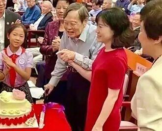 楊振寧百歲壽宴照曝光 小54歲嬌妻穿紅裙相伴17年人生完美了