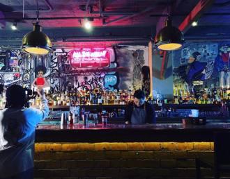 隱藏在居酒屋的嘻哈酒吧「Eside Bond」饒舌的靈魂用酒精還有音樂來發酵,一起迎接最彩色的夜晚