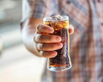 男10分鐘狂灌1.5公升可樂慘死 英國專家揭真相