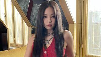 Jennie私服更辣 膚色上衣超透視陽光下惹火黑BRA被看光